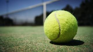 なぜテニスボールは黄色?他の色のボールを試合で使うことはある?